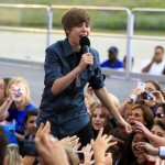 Bieber greeted by teen mob in New Zealand