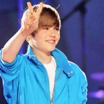 Justin Bieber urges fans to keep it safe after 500 people mob him, push mother, steal hat in New Zealand