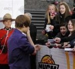Tween star Justin Bieber urges fans to calm down